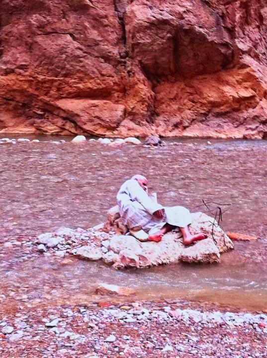 homem numa pedra marrocos